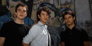 Santiago, 7 de diciembre de 2020. Actores que representan a los musicos del grupo los Prisioneros posan frente a un murarl del Museo a cielo abierto. Andres Pina/Aton Chile